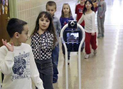 Роботът VGo помага на болни деца да участват пълноценно в учебния процес